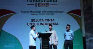 Ustadz Syaibani Mengawali Acara Penggalangan Dana.Berdiri di Depan Pimpinan Wahdah Ustadz Zaitun dan Walikota Makassar